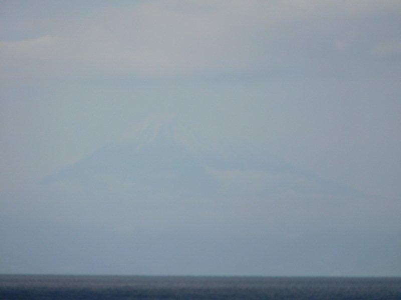 遠くに霞んで見える富士山